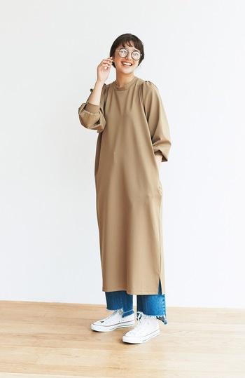 長め丈でさらりと着こなせるポンチワンピースに、デニムのワイドパンツを合わせたコーディネートです。ボトムスはワンピースの裾から少ししか見えないので、カットオフなどの特徴あるアイテムでワンポイントをプラスするのがおすすめ♪