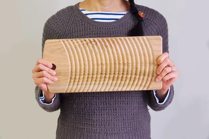 """ランドリーグッズや洗剤にこだわるお洒落さんたちの間で、じわじわと人気を集めているのが昔懐かしい""""洗濯板""""です。こちらは木製品の企画・製造を行う高知県の雑貨メーカー、『土佐龍(とさりゅう)』の素敵な洗濯板です。水に強いサクラの一枚板で作られた洗濯板は、木のぬくもりを感じる素朴な風合いと美しい木目が特徴です。"""