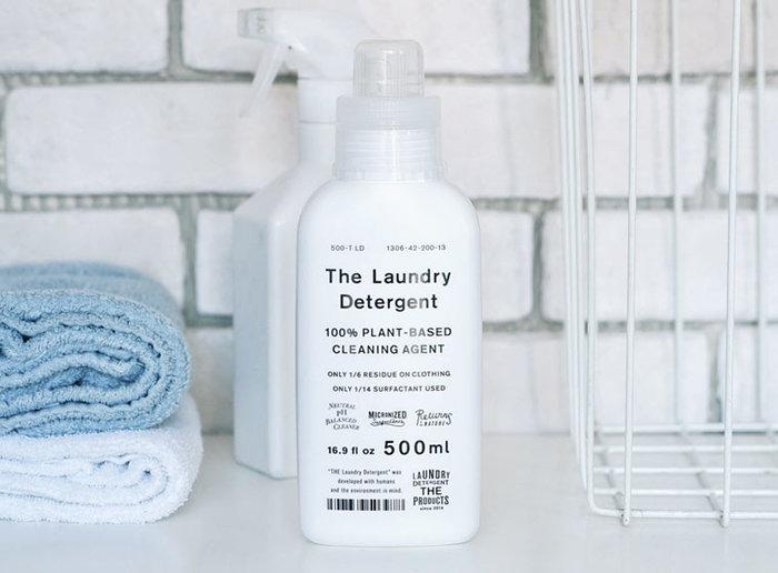 """「THE 洗濯洗剤」はお洗濯の時だけではなく、""""万能洗剤""""として掃除の時にも活躍してくれます。スプレーボトル容器に1:4の比率で薄めた洗濯洗剤を入れれば、お風呂や洗面所など水回りの掃除用洗剤として使用できます。種類の多い洗剤類を1本にまとめることができるので、様々な日用品が集まるサニタリールームをすっきりさせることができますよ◎。"""