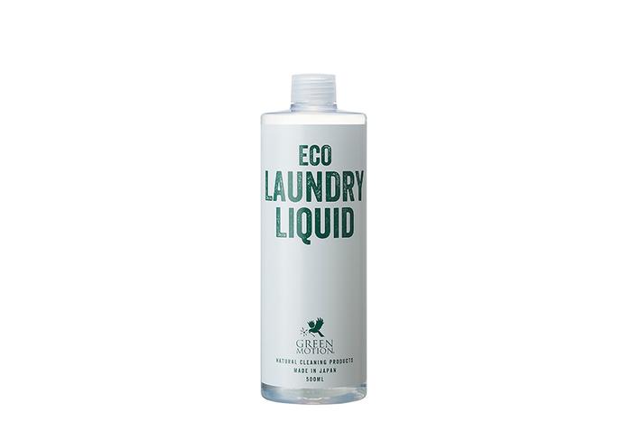 """こちらの新しいパーケージは、白地にグリーンのロゴデザインがおしゃれな雰囲気です。棚にしまわずに""""見せる収納""""として飾っておきたくなりますね。「エコランドリーリキッド」は見た目の可愛さだけではなく、洗浄力もコストパフォーマンスも優秀です。少量の洗剤でしっかりと洗い上げ、柔軟剤を使わなくても柔らかく仕上げてくれます。ラベンダーの優しい香りに包まれながら、毎日楽しい気分でお洗濯できそうですね。"""