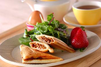 納豆とトーストの一見意外な組み合わせ。これがなかなか絶品なのです。ただのせるだけだと、こぼれやすいけれど、ホットサンドにすれば、おしゃれにまとまってくれるのが嬉しいですね。