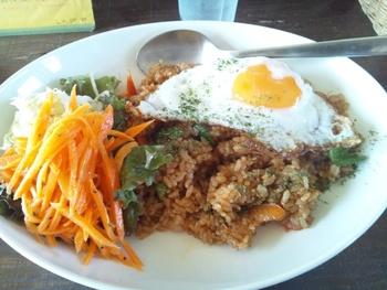 メニューは、アジア料理が中心。オーナー自身が東南アジアを旅行した経験を活かしているそうで、ナシゴレンなど本格的なランチをいただけます。