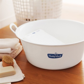 お気に入りの洋服を手洗いする時には、深型の洗い桶があると便利ですよね。こちらはニット&デニム専用の洗剤でご紹介したドイツの有名コインランドリー、『Freddy Leck(フレディ・レック)』のウォッシュタブです。白地にブルーのロゴデザインが爽やかな雰囲気。スニーカーも洗える大きめサイズで両側に持ち手も付いているので、洗濯や足湯などマルチに活躍してくれますよ◎。