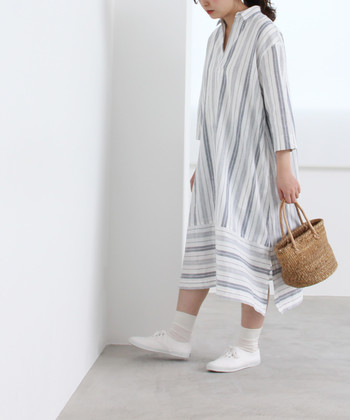 ストライプデザインのワンピース人、白靴下とキャンバスシューズを合わせた着こなしです。靴下とワンピース間に肌色を少し覗かせることで、ナチュラルな中に女性らしさもしっかり演出。
