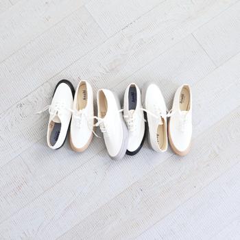 白シューズをコーデに取り入れると、パッと明るく春らしさが漂うコーディネートを簡単に作ることができます。いつもの着こなしの足元だけを変えて、新鮮な着こなしを楽しんでみてくださいね♪