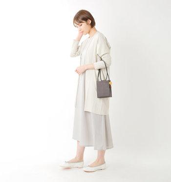 白のバレエシューズは、歩きやすくどんなスタイリングにも合わせやすいアイテム。薄いベージュ系のアイテムを基調とした大人コーデにも、しっかり馴染んでシンプルさの邪魔をしません。