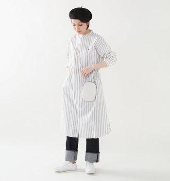 ストライプのワンピースに、デニムのストレートパンツを合わせた着こなし。裾は大胆にロールアップして、ワンアクセントをプラスしています。レザーの白トラッドシューズは、中性的なスタイリングにもぴったり◎