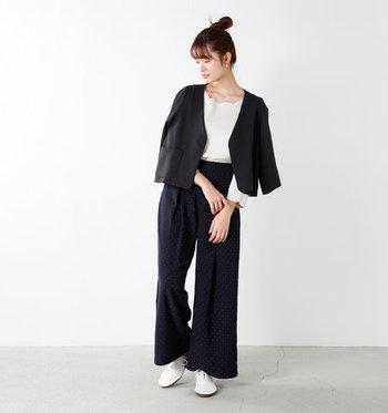 黒のジャケットとワイドパンツを合わせたモノトーンコーデには、くたっとしたぺたんこ白シューズをチョイス。白と黒のみ使ったスタイリングは、ちょっぴりクールな大人っぽさが魅力です。