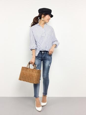 ストライプのシャツにデニムパンツを合わせた、カジュアルベーシックなコーディネート。足元に白のヒールパンプスを合わせると、パッと目を惹くワンポイントカラーになります。