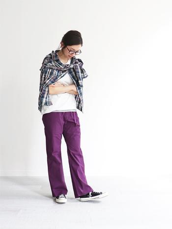 濃いパープルのカラーパンツは、メンズライクなコーディネートにもぴったり。白Tシャツやネルシャツでカジュアルにまとめつつ、シャツの羽織り方でこなれ感をプラスしています。