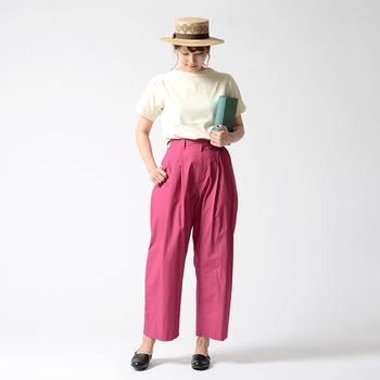 タックの入ったワイドシルエットのピンクパンツは、白Tシャツに合わせてシンプルに。カラーパンツの存在感が強いので、控えめアイテムでバランスを取る着こなしがおすすめです。