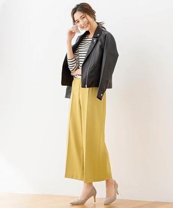 センタープレスの入ったイエローのワイドパンツは、スカート感覚で履けるシルエットが魅力的なカラーパンツです。黒ライダースを合わせて、あえて辛口スタイリングにしても素敵ですね♪