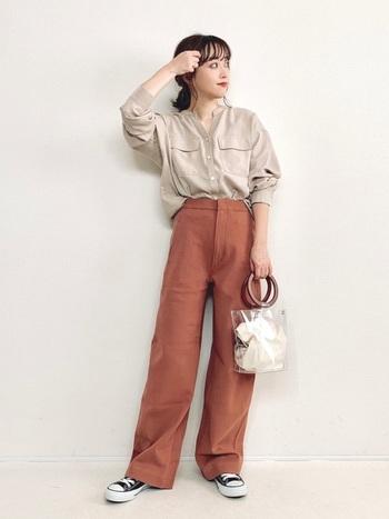 ユニクロのカラーパンツは、幅広い世代から人気のアイテム。こちらはブラウンのカラーパンツをベージュのシャツと合わせて、ブライトカラーでまとめたナチュラルなスタイリングです。