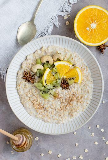 オートミールは、オーツ麦からできています。オーツ麦を簡単に短時間で食べられるように加工したのがオートミール。植物性たんぱく質が多く、ビタミンB1やビタミンE、カルシウム、鉄分など、ビタミンやミネラルも豊富に含まれているところが特徴です。水溶性食物繊維と不溶性食物繊維の両方が含まれているところも体に嬉しいポイント。