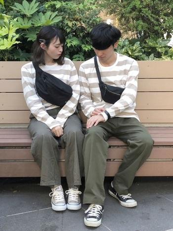 グリーンのカラーパンツと、ボーダートップスをお揃いにしたカップルコーディネートです。ペアルック感が強いと恥ずかしいというカップルなら、カラーパンツのみ一緒にしたり、トーン違いのカラーパンツを合わせるのもおすすめ♪
