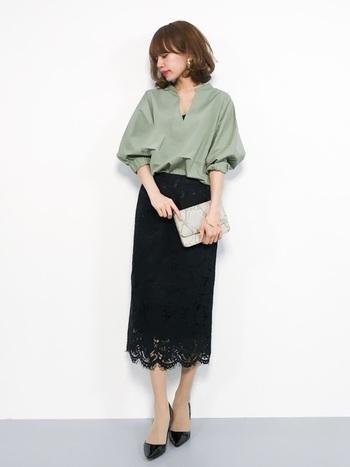 抜き衿と袖口のボリュームがなんとも女性らしいカーキのブラウスに、黒のレーススカートで上品さをプラス。これぞ、大人女子の通勤スタイル。