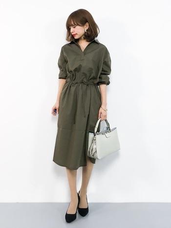 襟元がスキッパーデザインになっている上品なシャツワンピース。1枚着るだけでこなれ感とヌケ感漂うキレイめスタイルの完成です。
