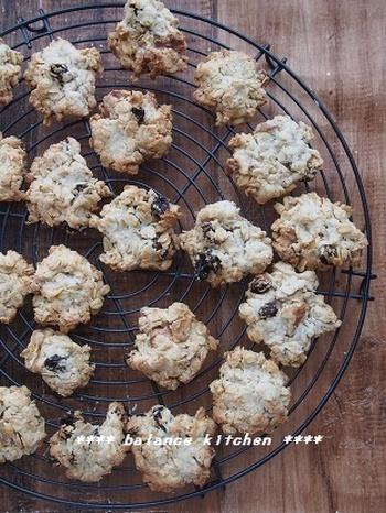 オートミールのザクザク食感が楽しめるクッキーのレシピです。こちらのレシピは、バター不使用で代わりにごま油を使っています。卵がなくても作れるクッキー。くるみとレーズンの相性も楽しんでみてください♪