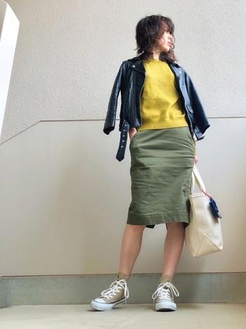 「ユニクロ」のベーシックなデザインのカーキのタイトスカートなら、こんなに大人っぽいコーデも可能です。マスタードイエローのニットがスパイスになっていますね。