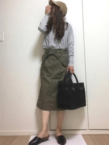 こちらも「ユニクロ」のカーキのタイトスカート。ストレッチ感があり、すっきり痩せ見えすることで人気のスカートです。ウエストのリボンも着痩せ効果アリ!カジュアルにもレディにも着こなせるアイテムです。