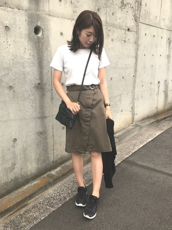 こちらも「GU」のタイトスカート。流行を意識したデザインの多い「GU」のスカートを主役に見せる素敵な着こなしです。カーキの落ち着いた色味が、カジュアルでも大人っぽいコーデにしてくれています。