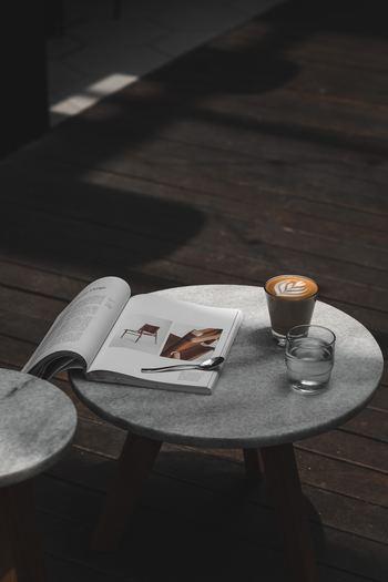 ヒュッゲな時間に何をするかは自由です。ひとりでぼんやりとすごしてもいいですし、家族とおしゃべりを楽しんでもいいですね。ほっこりとした時間をより豊かにするには、あなたの好きなものをかたわらに置くことです。 たとえば、丁寧に淹れたコーヒーと読みかけの本。あるいは、大好きなペットと並んで座って。たったそれだけでも、幸せなひとときをすごせるはずです。