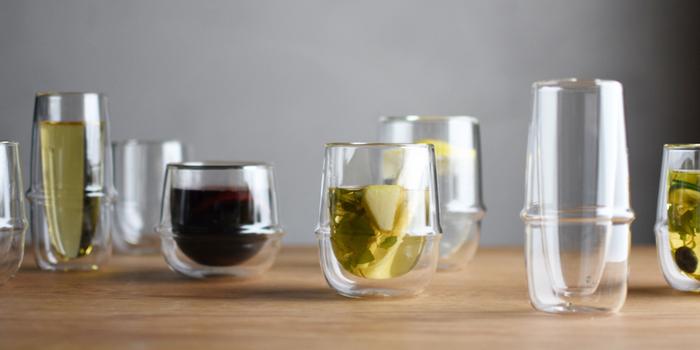 飲み物を入れると、浮いているように見えるところもおしゃれですね。ティーカップ以外にも、コーヒーカップ、アイスティーグラス、シャンパングラスなど、さまざまな形があるのが特徴。好みの形を選んで使ってみてはいかがでしょうか。