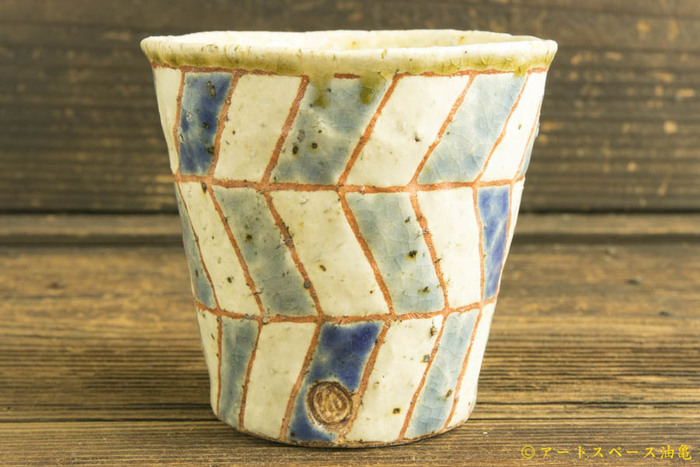 デザイン自体は、三角形や斜線モチーフなど、直線的ですっきりしていますが、表面の質感や淡い色によって温かな雰囲気を感じさせてくれます。同じデザインでも、少しずつ異なるところが手作りの魅力。飽きることのない豊かな表情を楽しめるカップです。