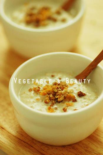 こちらは初心者の方にもおすすめのとってもシンプルなレシピです。オートミールにその倍の量の牛乳を混ぜて一晩置いておくだけ。翌朝に、ヨーグルトやはちみつなどをかけて食べましょう♪