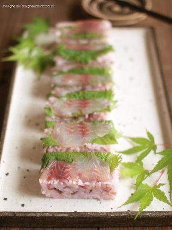柴漬けを混ぜ込んだご飯に大葉とイサキを乗せて作る押し寿司は色合いもよく味も最高です。