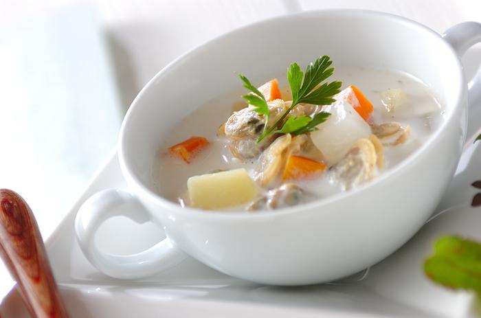 牛乳をベースとした、あっさり&まろやかなスープは、あさりの出汁がきいた深みのある味わい。 にんじん、じゃがいも、大根が入った具だくさんも魅力です。