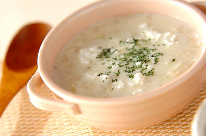 見た目よりもしっかりとした味わいという、白ネギとエノキを牛乳でコトコトと煮たスープ。最後にのせるカッテージチーズがアクセントです。