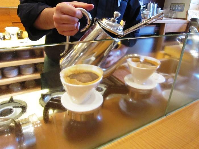中深煎りは、コーヒーの苦味と香り、コクのバランスを最大限に味わえる焙煎度合いと言われています。お店で提供しているカフェインレスコーヒーには、ブラジル産のコーヒー豆を中深煎りにして使用しています。カフェインを気にせずに質の高いコーヒーを味わえるのは嬉しいですね。
