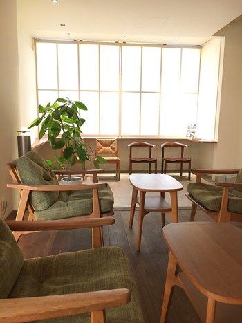 京阪三条駅から徒歩約5分の場所にあります。近くに別店舗として、コーヒー豆やスイーツなどの販売専門店もあるので、コーヒー豆を買ってお家で楽しむのもおすすめです。