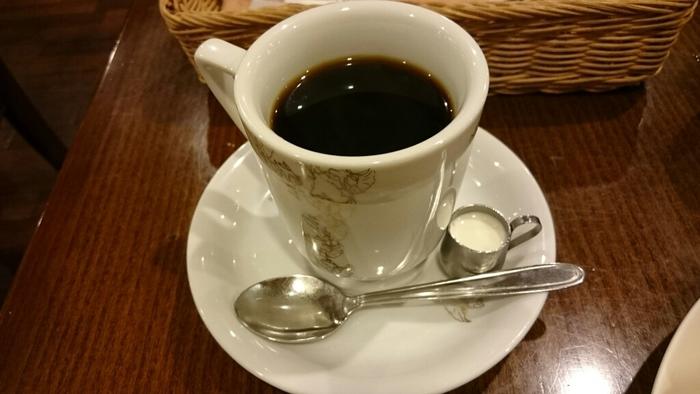 店内には焙煎機もあり、創業当時からネルドリップでコーヒーを抽出しています。布製のフィルターを使うネルドリップの利点は、コーヒーの味に影響を及ぼす雑味や臭いを除去することができ、コーヒー粉全体をまんべんなく膨らますことができます。こだわりのコーヒーである「龍之助」「冨久」「牛若丸」「弁慶」はどれも一流の風味です。