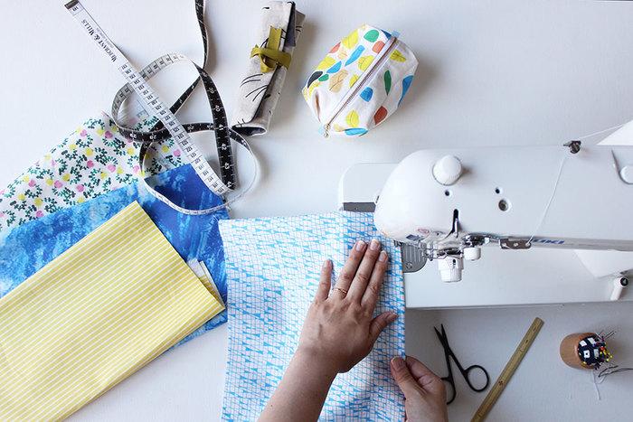 かぼちゃパンツは、基本的には2枚の布を縫い合わせてゴムを通すだけ。ミシンがあれば便利ですが、手縫いでもそんなに時間をかけずに作れますよ。