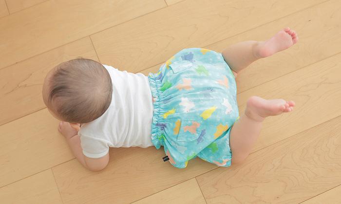 ずりばいやハイハイができるようになったら「かぼちゃパンツ」の出番です。赤ちゃんのまん丸お尻を包み込み、動くたびに左右にプリプリ揺れる姿がたまらなくキュート!