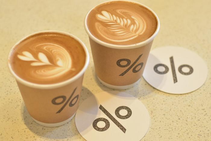 カップの「%」のデザインが目を引きます。しっかりミルクと混ざり合ったエスプレッソは、口に含むとふわっと一気に風味が広がります。テイクアウトして、青空の下で上質なコーヒーを楽しむのもおすすめですよ。