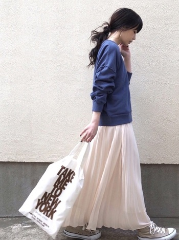 ふわりとしたマキシ丈のスカートに合わせたハイカットコンバースは、軽やかなショートブーツのように使うことができます。季節の変わり目におすすめのコーデです。