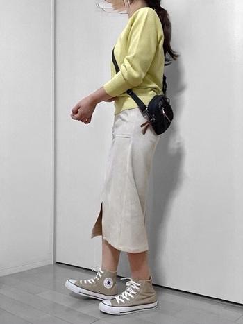 スリットの入ったタイトスカートにハイカットコンバースというきれいめコーデもばっちり決まります。すっきりとしたIラインが強調されて、足長効果も抜群です。