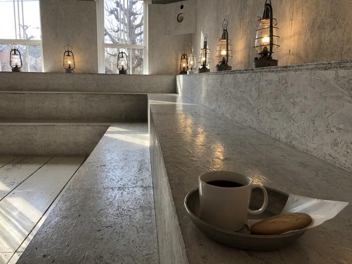 注文してから一杯一杯、丁寧に淹れてもらえるコーヒーは格別です。物思いに浸れそうな空間の店内で、コーヒーの香りに包まれて時間を過ごしてみてはいかがですか?