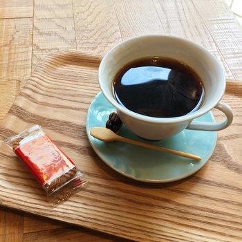 創業1950年の京都老舗「キョーワーズ珈琲」から厳選された生豆を仕入れ、お店で焙煎しています。カフェインレスコーヒーには、カフェイン除去率99.9%のコーヒーが用意されています。