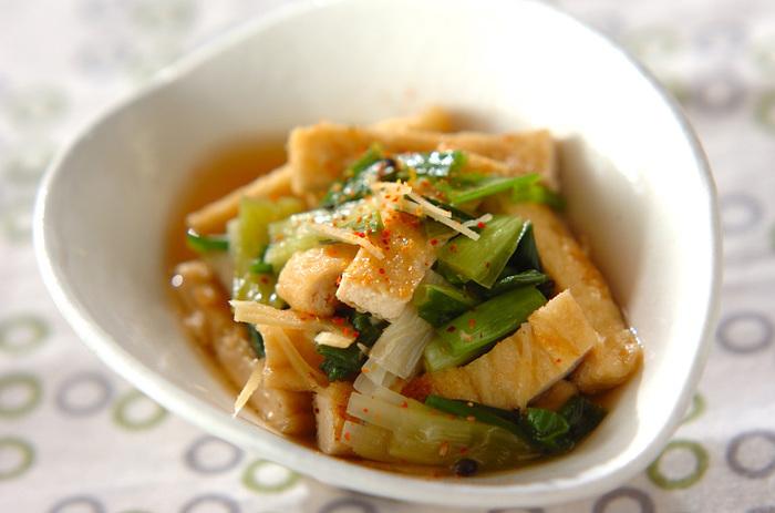 わけぎの根元の部分を先に煮て、あとから先の部分を加えることで味が均一になじみ、風味も食感もいい煮びたしになります。七味唐辛子をふるのも、ぴりっといいアクセントに。