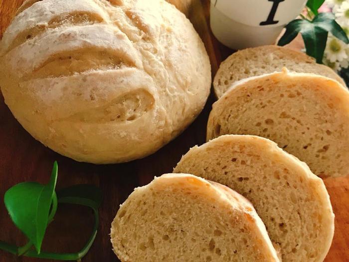 まずは、シンプルなオートミールパンのレシピからご紹介。有機の小麦粉や白神こだま酵母を使うなど、素材ひとつひとつにこだわりが見られるレシピです。ジャムなどを付けた甘いパンも、おかずと合わせたお食事系にも合うパン♪