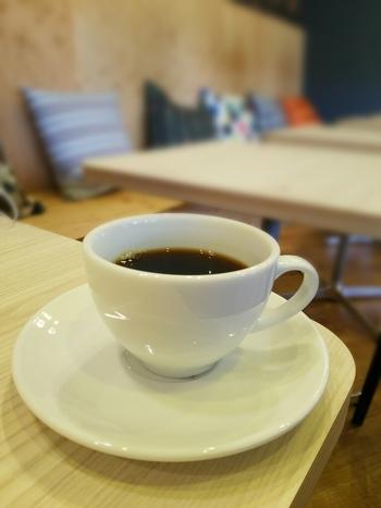 コーヒーは全て注文を受けてから焙煎します。焙煎したてのカフェインレスコーヒーを飲めるのは嬉しいですね。希望された煎り具合に焙煎する「オーダー焙煎」も行っています。焙煎による風味の変化を試してみたくなりますね。