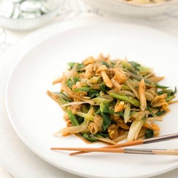 わけぎは、炒め物にも合います。こちらは、まて貝と牛蒡とわけぎをごま油で炒め、豆板醤や赤みそなどで味つけした充実のおかず。まて貝は入手しにくいので、あさりやほたてなど他の貝で代用してもいいですね。