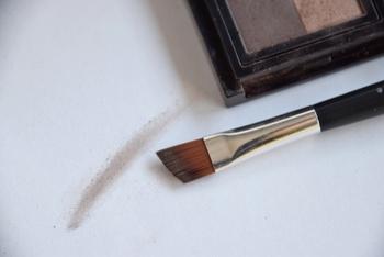アイブロウのパウダーブラシは、毛先が斜めになっているものがおすすめ。ブラシの向きは斜めになっている斜面を肌に沿わせるようにして使用します。 眉尻の細い部分にはブラシを立てて使うことで、スッキリしたラインが描くことができますよ。