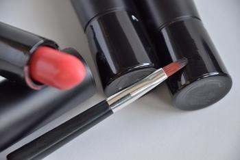 リップブラシは毛が平たいブラシで毛質はしっかりとコシがあるタイプのものが使いやすくおすすめです。リップブラシの場合、こまめな水洗いによるお手入れでも傷みにくく天然毛よりコシがある人工毛がおすすめでしょう。