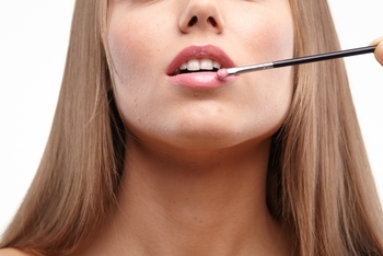 1.口紅をリップブラシに取り、上下の唇の中央部分から塗り始めす。  2.上下の唇の縦ジワに沿って、外側へ向かって塗り広げます。  3.上唇のリップラインを左右片方ずつ一気に描きます。  4.同様に下唇のリップラインを描きます。  5.唇の内側を塗りムラがないように全体をなじませて完成。