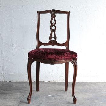 こちらは布製の座面の、フランス製アンティークチェアです。  猫の脚のようなしなやかな曲線を描く、文字通りの「猫脚(ねこあし)」家具は、存在自体がとてもエレガント。  背もたれまで布張りの椅子にちょっと抵抗がある方は、このような椅子を選んでみるのもよいかもしれませんね。